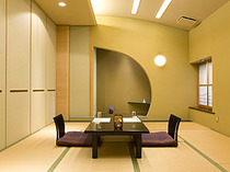落ち着いて食事や会話が楽しめる個室もございます。
