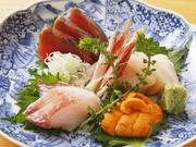 市場で仕入れた旬の魚を使い、品よく彩りよく盛り付け。