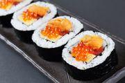 炙り寿司5貫とサラダ巻きが付いたセットです。 女性に人気です。