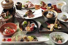 旬の食材を使用した会席料理。接待や各種ご宴会などに大変喜ばれている人気のコースです