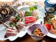 刺身・海老サラダ・つぼ焼・茶碗蒸し・小鉢・御飯・味噌汁・御新香