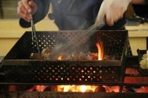 宮崎と言えば炭火焼。炎の調理人大将が鶏を絶妙に焼き上げます!