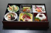 創業75周年の伝統誇る、神谷の豪華なお昼のお弁当です。 左の写真の他に、茶碗蒸しと、赤出汁がつきます。