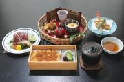 日替わりの籠盛、海鮮サラダ、天ぷら、赤出汁、香の物、イクラの吹き寄せ飯。ちょっと贅沢な昼膳です。