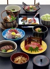 季節のお造り、松茸とハモの土瓶蒸し、松茸御飯、特選牛ヒレ焼などの入った豪華なコースです。