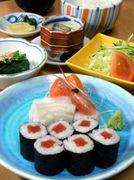 刺身3点、海苔巻き、小鉢、サラダ、漬物、茶碗蒸し、ライスと味噌汁ボリューム満点