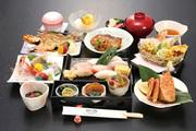 刺盛、珍味三点、焼魚、煮魚、揚物、蒸し物、酢の物、ご飯、汁、香の物、デザート