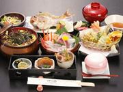 海鮮丼、焼魚、蒸し物、揚物、珍味三点、サラダ、汁、香の物