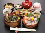 海鮮丼、焼魚、茶碗蒸し、小鉢、酢の物、サラダ、汁、香の物