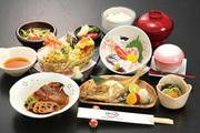 お刺身、焼魚、茶碗蒸し、小鉢、サラダ、ご飯、汁、香の物、その他