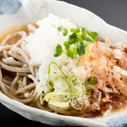 そばは福井県産の玄そばを100%使用。丼物などに使用する米も、福井県大野産のコシヒカリを使っています。野菜も地元のものを中心に、吟味された国産の食材です。
