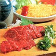 松本ではめずらしく、主人自ら釣り上げた岩魚のお料理を豊富にご用意しております。名物の馬刺し、鹿刺しなどの郷土料理を肴に、美味しい地酒をお愉しみ下さい。観光やご旅行にもお勧めです。