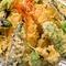 季節の野菜や旬の鮮魚をカラッと天ぷらに『季節の天ぷら各種』