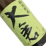北陸三県と新潟から取り寄せた名酒が料理をさらに際立たせます。毎月、日本全国の希少な地酒を隠し酒として仕入れ、ご提供しております。