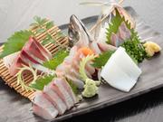 獲れたて鮮魚の五品盛り合せ。ぷりぷりのお刺身が絶品です。