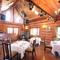 花と緑に囲まれたログハウス ゆったり食事を楽しめるレストラン