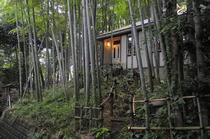 静かな竹林の中にある一軒家レストラン