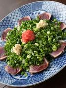 脂ののった新鮮な「かつおのたたき」。季節ごとの旬の食材を用いた料理をご提供しております。