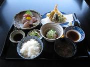 開店から人気のメニュー! 刺身・天ぷら・小鉢がついてボリュームたっぷり。