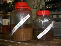 店主手作りの自家製梅酒・巨峰焼酎。特に女性に人気!