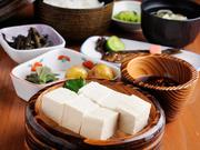 白川郷特産の「固いとうふ」をメインに、地元の素材をふんだんに使った定食。濃厚な大豆の風味を存分に楽しめます。※夏季は冷奴、冬季は湯豆腐になります。