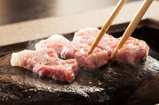 およそ3億年前の地層から産出した石を、800℃ぐらいまで加熱して、ステーキを焼きます。焼くときに出る余分な脂を吸収して、とても柔らかくあっさりと、ヘルシーにお召し上がりいただけます。
