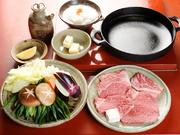 霜降り肉の中でも最高級のヒレ肉ロースを使用。バターと絡めた霜降り肉に、大根おろしや薬味を付けて。