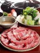 昆布だしを入れたアツアツの鍋に肉をさっとくぐらせてオリジナルの胡麻だれ、またはポン酢でさっぱり味に。