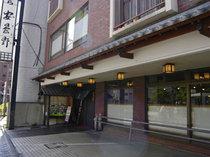 東京メトロ「千川」駅のすぐ上です。
