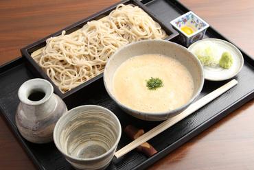 香り豊かな北海道産のそばを手打ちにしています。