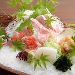 「そば」だけじゃなく、日本料理も味わえるのが【寿庵 忠左衛門】の魅力です。刺身をはじめ、月替わりで季節の旬の食材を使った料理をアラカルトで選ぶことができます。