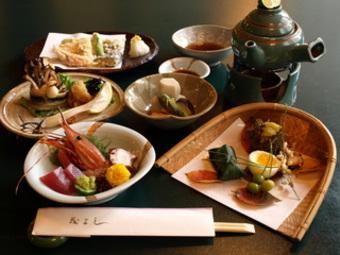 四季折々の食材を惜しみなく使ったコースです。「宴会」「接待」「会食」などにお勧めです。