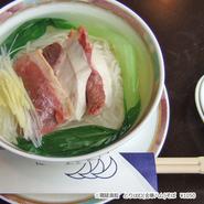 鶏と金華ハムを塩味ベースのあっさりスープで人気です