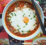 担々麺のバリエーション、とろろと玉子が辛さに良く合い人気です。
