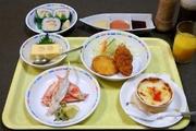 オレンジ又はリンゴジュース、かに豆腐、かに酢、かにグラタン、かにコロッケ、太巻寿司、アイスクリーム