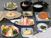 かに豆腐小鉢、かに酢、かにサラダ、かにグラタン、かに甲羅揚げ、ご飯・香の物、みそ汁、デザート