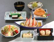 豆腐・かに酢、かにサラダ、かにしゅうまい、かに甲羅揚げ、太巻寿司、みそ汁、デザート