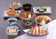小鉢、かに豆腐・かに酢、かにサラダ、陶板焼き、かに甲羅揚げ、太巻寿司、みそ汁、デザート