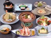 小鉢、豆腐、かに酢、かにサラダ、グラタン、かに陶板焼、かに天婦羅、太巻寿司、みそ汁、デザート