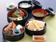 お刺身・天婦羅・サラダ・焼き魚など色とりどりで大好評 プラス100円でデザート又はコーヒーが付きます。