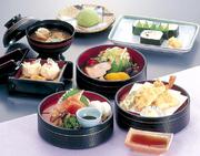 お刺身・天婦羅・サラダ・焼き魚など色とりどりで大好評 プラス100円でアイスクリーム(季節のアイス、抹茶、バニラ)又はコーヒー(ホット、アイス)が付きます。
