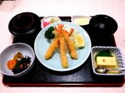 海老フライ、かに豆腐、小鉢、ご飯、香の物、みそ汁、デザートのセットとなります。  **日・祝OK!ランチです**