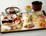菜の花、タラの芽、サヨリ、など春のにぎり寿司やさっぱり酢の物、天麩羅 ※美食膳は店内の限定メニューです。