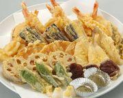 ねり物(ゴマ豆腐、枝豆豆腐など)、お造り(刺身)、焼物(銀ダラ西京焼)、京風煮物(海老と季節野菜)、お凌ぎ(蕎麦)、天ぷら(海老と季節野菜)、酢の物、寿司7品、茶碗蒸し、甘味(フルーツ・水菓子)、お椀