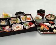 ねり物(一例 ゴマ豆腐)、お造り(刺身)、京風煮物、天ぷら(海老と季節野菜)、酢の物、焼き物(銀ダラ西京焼)、白飯、お椀  ※白飯をお寿司に+950円で変更