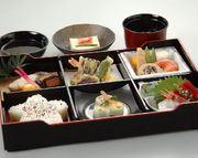 お蕎麦、玉子焼、鳥の唐揚げ、エビフライ、グラタン、ゼリー、白飯、お椀  ※白飯をお寿司に+950円で変更