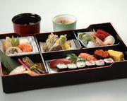 天麩羅 または 焼き魚をお選び下さい。  ねり物(一例 ゴマ豆腐)、酢の物、お造り(刺身)、焼き魚(天ぷらに変更できます)、カモ肉のスモーク、お寿司7品、茶碗蒸し、お椀