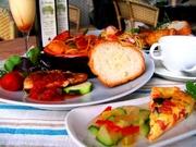 ピアットは皿、ウニコは唯一のという意味のイタリア語。 料理の場合、パスタと主菜の一皿盛りとなります