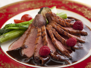ムッシュの焼き加減が絶妙と評され「鴨料理はここのしか口にしない」とファン多し。季節のソースで