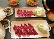 当店定番のやわらかカルビ(80g)にご飯、味噌汁、サラダバーが付いたお得なランチ。大盛り(120g)は1200円